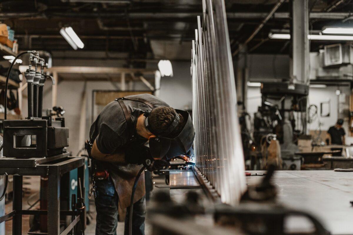 【兵庫県加古郡】【時給2000円】建設機械部品の半自動溶接作業